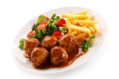 Grillade meatballs med chiper Royaltyfri Bild