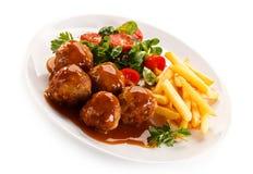 Grillade meatballs med chiper Royaltyfri Foto