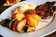 grillade meatgrönsaker royaltyfria bilder