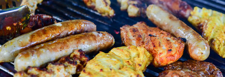 grillade meatkorvar Royaltyfria Bilder