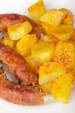 Grillade meatkorvar med potatisar Arkivfoton