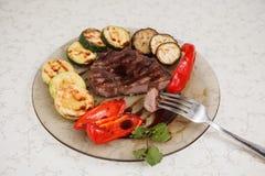 Grillade nötkött, zucchini och peppar Royaltyfri Bild