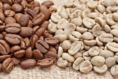Grillade och inte grillade kaffebönor på plundra Arkivbild