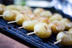 grillade potatisar Arkivbild