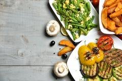 Grillade potatisar för franska småfiskar för BBQ-grönsaker paprika och såsnolla Royaltyfri Foto