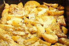 Grillade potatisar med kryddor och ost arkivbilder