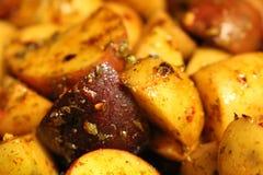 Grillade potatisar som kryddas tungt fotografering för bildbyråer
