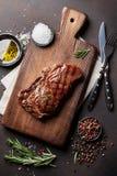 Grillade ribeyenötköttbiff, örter och kryddor royaltyfri foto