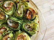 Grillade rullar av zucchinin som är välfyllda med ost och skinka Top beskådar Arkivfoto