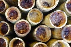 Grillade söta klibbiga ris med kokosnöten mjölkar och kärnar ur fillin i bambu Selektivt fokusera Arkivbild