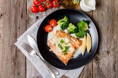 Grillade Salmon Steak med kräm- sås Arkivbild