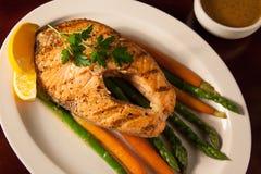 Grillade Salmon Steak och grönsaker Arkivbilder