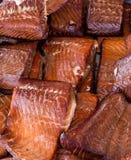 Grillade Salmon Steaks Displayed på bondemarknaden royaltyfria foton