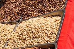 Grillade, saltade och skalade jordnötter på marknaden Royaltyfria Bilder