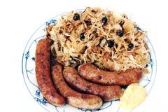 grillade sauerkrautkorvar Fotografering för Bildbyråer