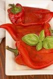 Grillade skalade peppar med basilika royaltyfri fotografi