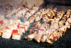 Grillade steknålar av kött och bacon Arkivfoto