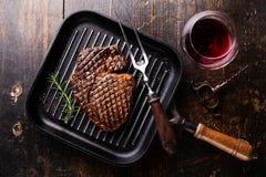 Grillade svarta Angus Steak Ribeye på gallerpannan Royaltyfri Foto