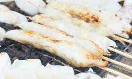 Grillade tioarmad bläckfiskäggsteknålar - thai mat Royaltyfri Fotografi