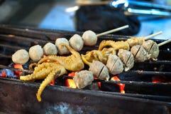 Grillade tioarmad bläckfisk- och köttbullesteknålar på en Thailand natt marknadsför Royaltyfria Foton