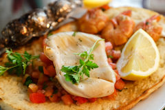 Grillade tioarmad bläckfisk och räkor på rostat brödcloseupen Arkivfoto
