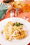 Grillade tioarmad bläckfisk och stekt potatis Royaltyfri Bild