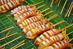 Grillade tioarmad bläckfisk på marknad Royaltyfri Bild