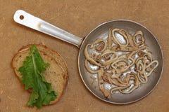 Grillade tioarmad bläckfiskstycken i stekpanna- och brödskivor Top beskådar Arkivfoton