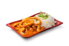 Grillade tioarmad bläckfisktrumpinnar och ris Arkivfoto