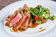 grillade tonfiskgrönsaker royaltyfria bilder