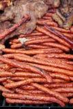 Grillade traditionella romanian tunna korvar som säljs på en gatamat, stannar Arkivfoto