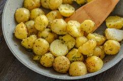 Grillade unga potatisar med örtnärbild royaltyfri fotografi