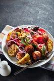 Grillade varma grönsaker på en vit platta royaltyfri foto