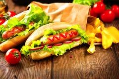 Grillade varmkorvar med ketchup och senap Fotografering för Bildbyråer