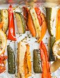 Grillade vintergrönsaker på aluminium folie på magasinet, peppar, zucc royaltyfri bild