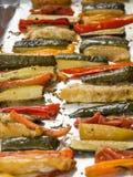 Grillade vintergrönsaker på aluminium folie på magasinet, peppar, zucc arkivbilder
