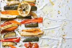 Grillade vintergrönsaker på aluminium folie på magasinet, peppar, zucc arkivfoton