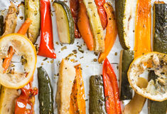 Grillade vintergrönsaker på aluminium folie på magasinet, peppar, zucc royaltyfria foton