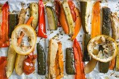 Grillade vintergrönsaker på aluminium folie på magasinet, peppar, zucc royaltyfri foto