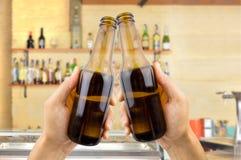 Grillage avec de la bière à la barre Photo stock
