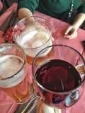 Grillage avec des bières et le vin Photo libre de droits