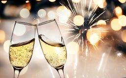grillage avec des verres de champagne contre des lumières de vacances et nouveau y image libre de droits