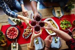 Grillage avec du vin fait maison Photos stock