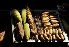 Grillage des bananes et des grains Images libres de droits