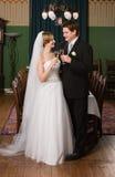 Grillage des jeunes mariés Photographie stock libre de droits