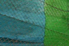 Grillage en acier et feuille bleue et verte image stock
