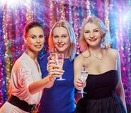 Grillage gai de femmes Image stock