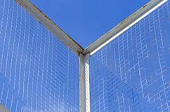 Grillage sur le fond de ciel bleu Photographie stock