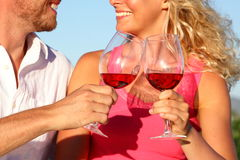 Grillant des verres - couples buvant du vin rouge Photos libres de droits
