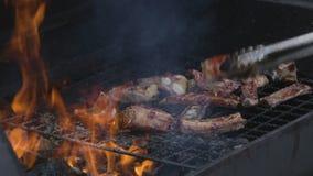 Grillant le barbecue de viande dehors en été banque de vidéos